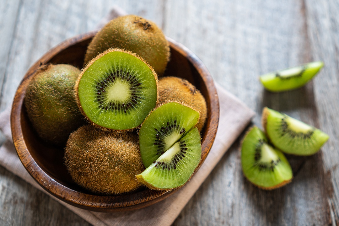 como pelar un kiwi